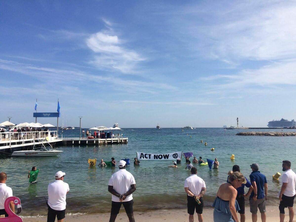 Les rebelles à Cannes le 21 juin, sur une plage privatisée par Facebook