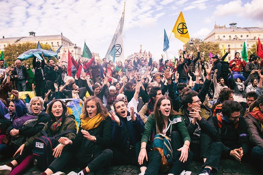Mise en place du blocage sur le Pont au Change, à Paris, le 7 octobre