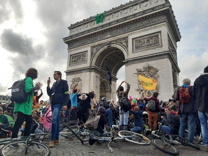 Vélorution et ralentissement du trafic sous l'Arc de Triomphe (photo Julien Duffé)