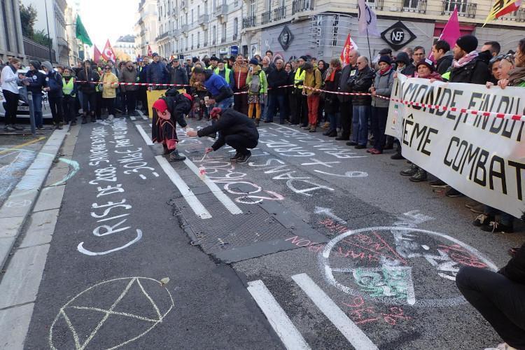 Avec de nombreux autres collectifs, les rebelles grenoblois fêtent le premier anniversaire du mouvement des gilets jaunes et célèbrent l'union des luttes