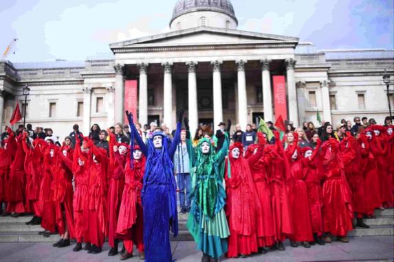 Procession des Red Rebels devant la National Gallery à Londres