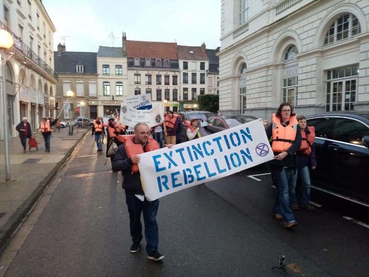 Les rebelles de Saint-Omer alertent les passant.e.s du danger que représente l'augmentation du niveau de la mer