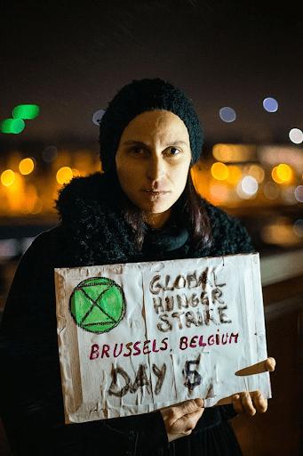 Une rebelle en grève de la faim, Bruxelles