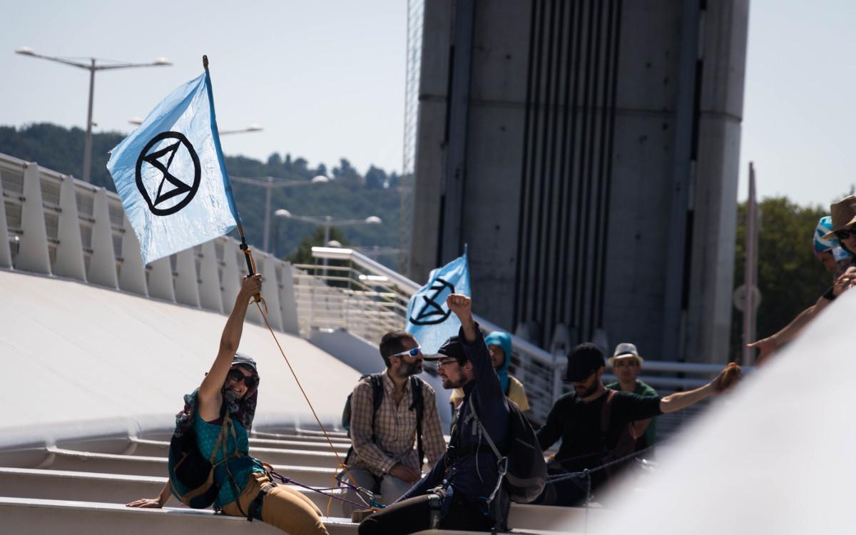 Des rebelles, installés au-dessus du vide dans la structure du Pont Chaban Delmas, bloquent l'arrivée d'un navire de croisière, à Bordeaux le 24 août