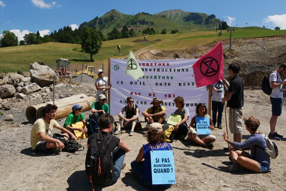 Blocage du chantier sur les pistes du Grand Bornand (Haute Savoie), le 19 juillet